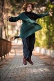 Filando sull'aria, donna nel parco, colpo pieno del corpo Fotografie Stock