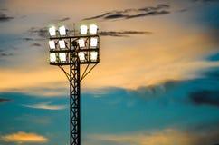 Filarów świateł reflektorów boisko piłkarskie. Zdjęcia Royalty Free