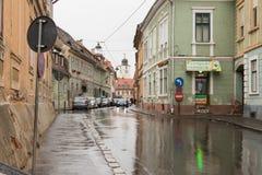 Filarmonicii街道在一个雨天在锡比乌市在罗马尼亚 库存图片