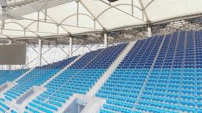 Filas azules vacías de los asientos en estadio almacen de video