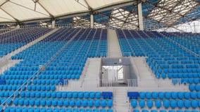Filas azules vacías de los asientos en estadio almacen de metraje de vídeo