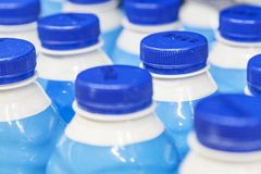 Filas con las botellas de leche en el supermercado Imagenes de archivo