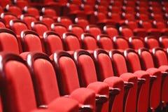 Filas con los sitios vacíos en un teatro Fotos de archivo