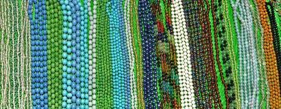 Filas de accesorios hechos a mano coloridos Imágenes de archivo libres de regalías