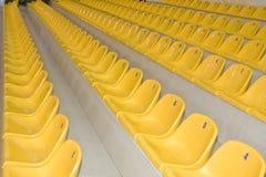 Filas de asientos amarillos Imagen de archivo