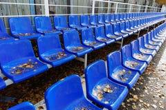 Filas de asientos en la tribuna Foto de archivo libre de regalías