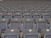 Filas de asientos grises vacíos en una arena o un estadio Imagenes de archivo