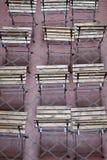 Filas de asientos de madera de rejilla vacíos Imagenes de archivo