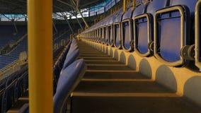 Filas de asientos plásticos en un estadio de fútbol metrajes