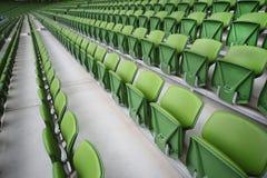 Filas de asientos plegables en estadio vacío imágenes de archivo libres de regalías