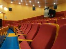 Filas de asientos rojos dentro de un cine imagen de archivo