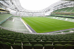 Filas de asientos verdes en un estadio vacío Aviva Fotografía de archivo libre de regalías