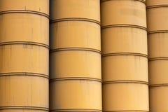 Filas de barriles industriales amarillos stock de ilustración