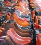 Filas de botas marrones y negras Fotografía de archivo libre de regalías