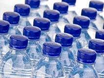 Filas de botellas de agua Imagen de archivo libre de regalías