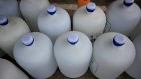 Filas de botellas de agua HD 1920x1080 almacen de metraje de vídeo
