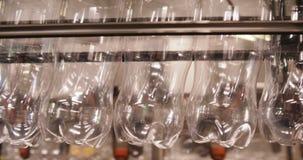 Filas de botellas de agua vacías en la planta de embotellamiento metrajes