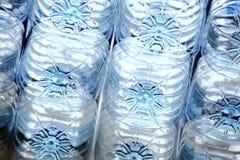 Filas de botellas plásticas fotografía de archivo