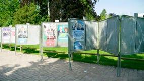 Filas de carteles en el parlamento soleado verde del Eu de la elecci?n del parque almacen de video
