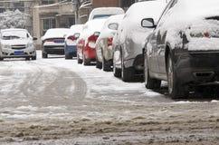 Filas de coches en nieve Imágenes de archivo libres de regalías