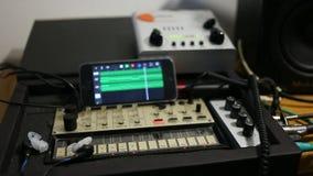 Filas de controladores midi análogos dispositivos musicales para la igualación sana almacen de video