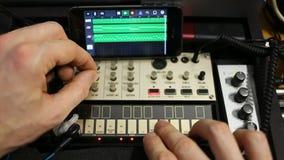 Filas de controladores midi análogos dispositivos musicales para la igualación sana almacen de metraje de vídeo