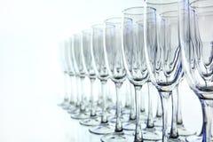 Filas de copas de vino vacías en la tabla Imágenes de archivo libres de regalías
