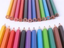 filas de creyones de madera coloridos Fotografía de archivo