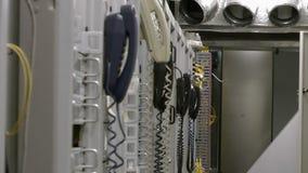 Filas de estantes con el equipo de telecomunicación en el sitio del datacenter