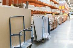 Filas de estantes con las cajas y los carros del almacenamiento en almacén moderno fotos de archivo libres de regalías
