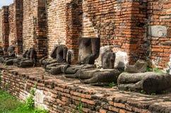 Filas de estatuas arruinadas en Wat Mahathat, Ayutthaya. Imagen de archivo