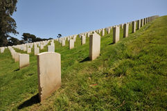 Filas de lápidas mortuorias en un cementerio Fotos de archivo libres de regalías