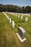 Filas de lápidas mortuorias en un cementerio Imagen de archivo libre de regalías