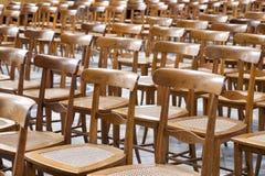 Filas de la madera vacía y de las sillas de mimbre Imagenes de archivo