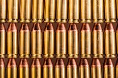 Filas de la munición de la pistola Fotos de archivo