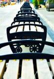 Filas de la silla de madera y del metal en la calle de las compras del aire abierto en Asia sudoriental fotografía de archivo