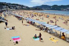 Filas de la sombrilla en la playa del Concha del La Fotografía de archivo libre de regalías