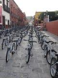 Filas de las bicicletas libres para los niños en México fotografía de archivo