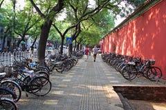 Filas de las bicicletas, Pekín, China imágenes de archivo libres de regalías