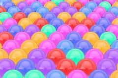 Filas de las bolas de cristal del brillo del color con reflexiones representación 3d fotografía de archivo libre de regalías