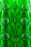 Filas de las botellas de cerveza verdes Imagen de archivo libre de regalías