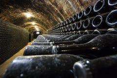 Filas de las botellas de vino en el sótano imagenes de archivo
