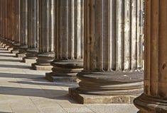 Filas de las columnas griegas al infinito Imágenes de archivo libres de regalías