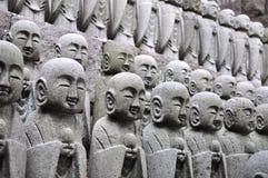 Filas de las estatuas del jizo imagen de archivo