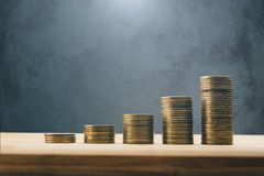 Filas de las finanzas de las monedas y del concepto del fondo de las actividades bancarias Imágenes de archivo libres de regalías