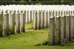 Filas de las lápidas mortuorias del sepulcro de la guerra Foto de archivo libre de regalías