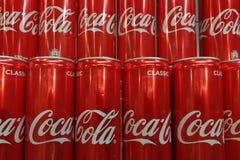 Filas de las latas de aluminio del coque, imagen de archivo libre de regalías