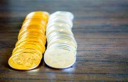 2 filas de las monedas de Jánuca del oro y de la plata Imagen de archivo