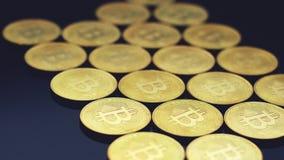 Filas de las monedas de oro que brillan intensamente almacen de metraje de vídeo