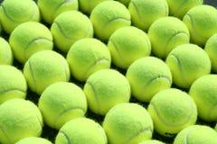 Filas de las pelotas de tenis Fotografía de archivo